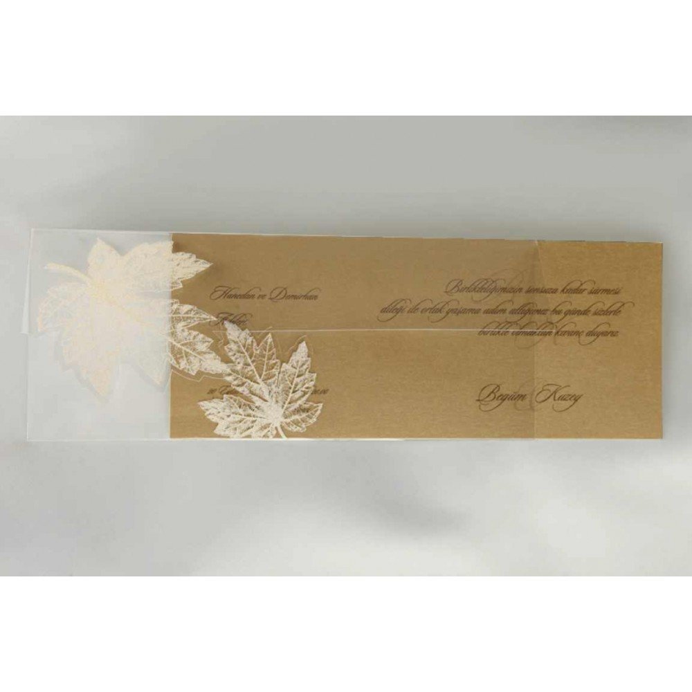 Invitatie maro cu aplicatie in forma de frunza